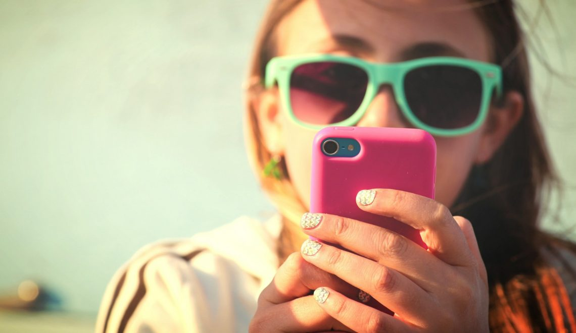 """Có """"mất giá"""" không nếu con gái chủ động khi kết bạn làm quen online?"""