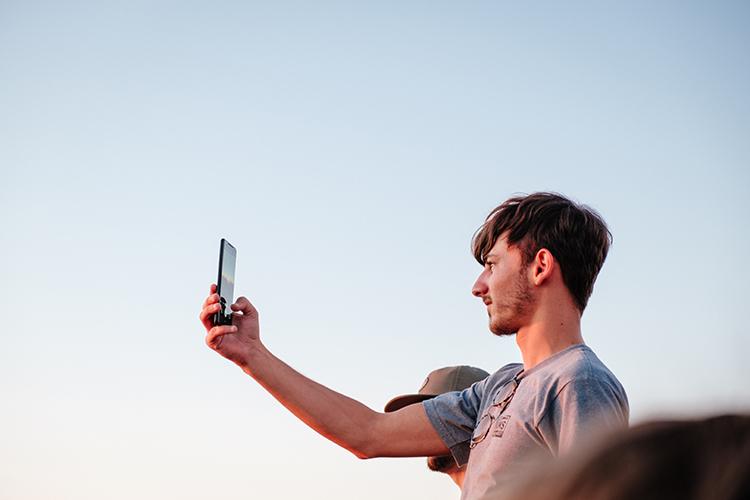 6 cách tạo dáng chụp ảnh cho nam giúp các chàng trai trở nên thu hút hơn trên YmeetMe